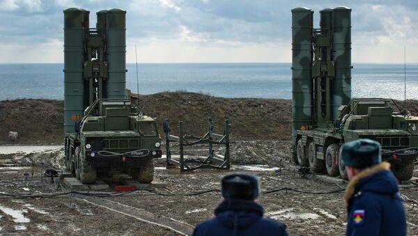 """System rakiet przeciwlotniczych S-400 """"Triumf"""" pułku obrony przeciwlotniczej w Teodozji, Krym. Zdjęcie archiwalne - Sputnik Polska"""