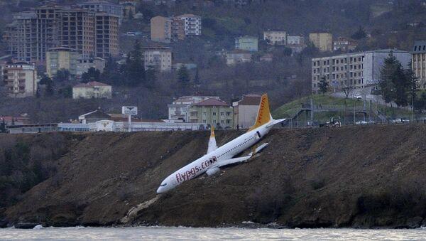 Samolot linii lotniczych Pegasus Airlines w tureckim mieście Trabzon, który stoczył się z urwiska - Sputnik Polska