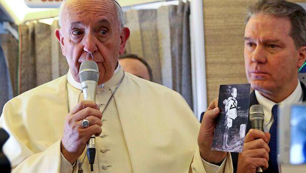 Papież Franciszek na pokładzie samolotu w czasie rozmowy z dziennikarzami - Sputnik Polska