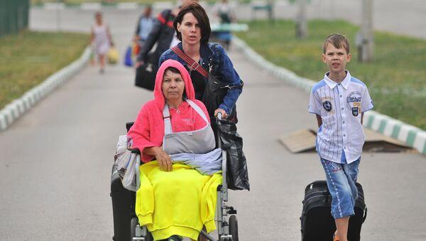 Rodzina z południowo-wschodniej Ukrainy na przejściu granicznym w Doniecku - Sputnik Polska
