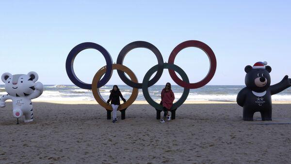 Koła olimpijskie i oficjalne maskotki Igrzysk na plaży w Gangneung, w Korei Południowej - Sputnik Polska