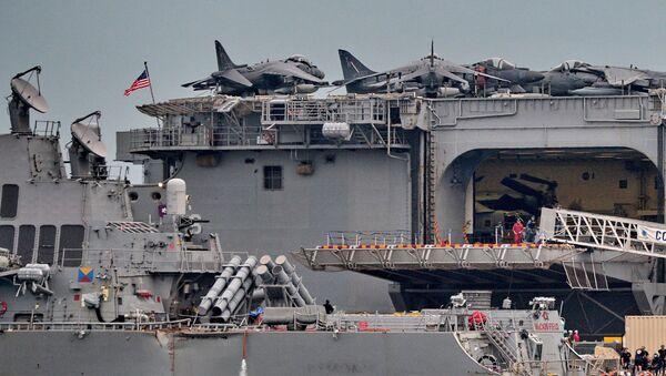 """Skutki zderzenia niszczyciela marynarki wojennej USA """"John McCain"""" ze statkiem towarowym - Sputnik Polska"""
