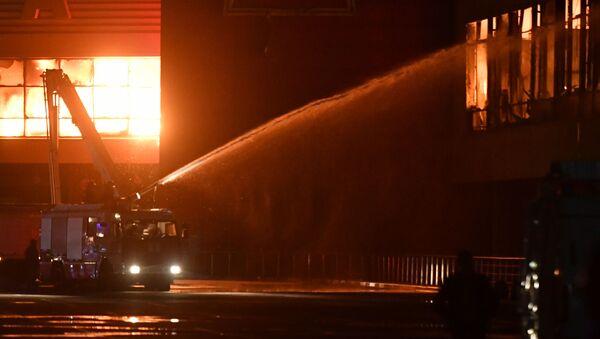 Сотрудники пожарной охраны МЧС РФ во время тушения пожара на строительном рынке Синдика, расположенном у МКАД в районе Строгино - Sputnik Polska