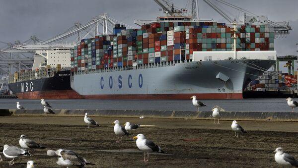 Kontenerowiec Glory chińskiej spółki Cosco czeka na wyładunek w porcie Kalifornii - Sputnik Polska