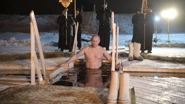 Władimir Putin z okazji Święta Chrztu Pańskiego zanurzył się w przerębli jeziora Seliger - Sputnik Polska