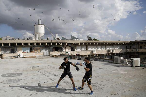Instruktorzy Doron Turgeman i Michael Alimelech trenują na dachu budynku w mieście Giwatajim. - Sputnik Polska