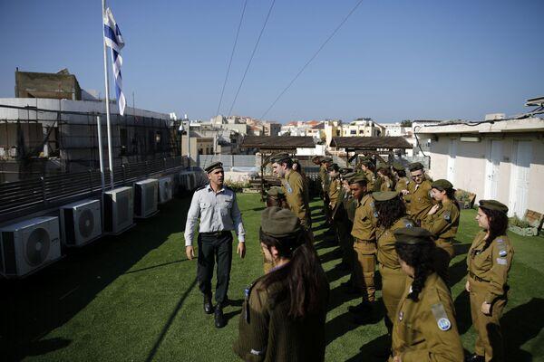 Izraelscy żołnierze na dachu budynku radiostacji Armii Obrony Izraela Galgalatz w Tel Awiwie. - Sputnik Polska