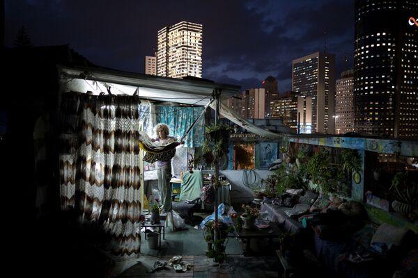 Artystka w otoczeniu swoich obrazów na dachu domu w Tel Awiwie. - Sputnik Polska
