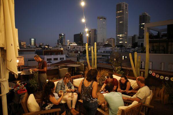 Ludzie w barze na dachu hotelu Brown w Tel Awiwie. - Sputnik Polska