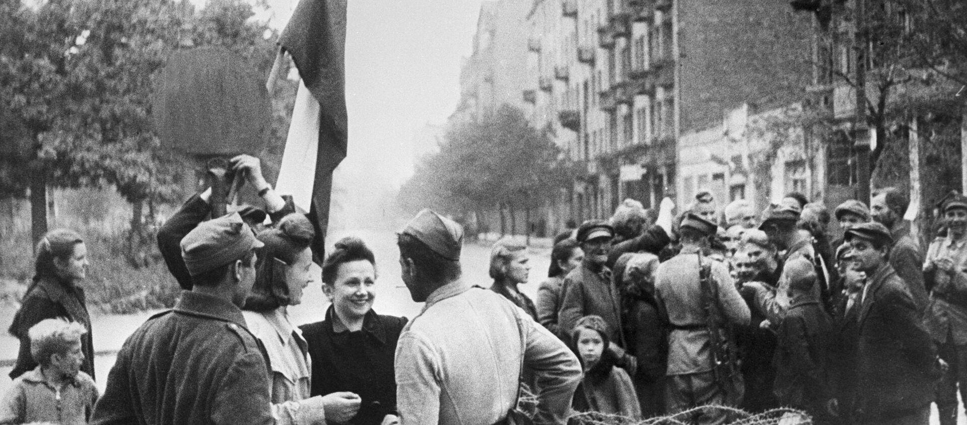 Mieszkańcy Warszawy i żołnierze Armii Czerwonej, wyzwolona Warszawa - Sputnik Polska, 1920, 01.03.2021