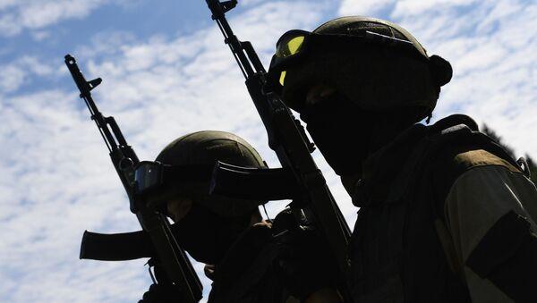 Żołnierze sił specjalnych Rosgwardii podczas ćwiczeń z desantu na poligonie w obwodzie moskiewskim - Sputnik Polska
