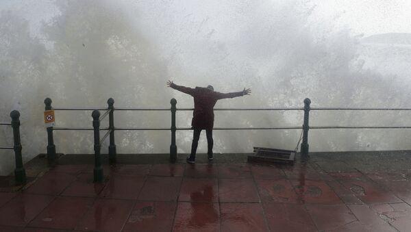 Волны во время урагана Офелия на юго-западе Англии - Sputnik Polska
