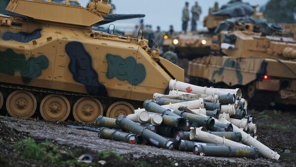 Tureccy żołnierze przygotowują czołgi do udziału w działaniach zbrojnych na północy Syrii - Sputnik Polska