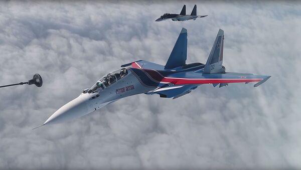 Dotankowanie w powietrzu z udziałem rosyjskiego lotnictwa myśliwskiego i bombowego - Sputnik Polska