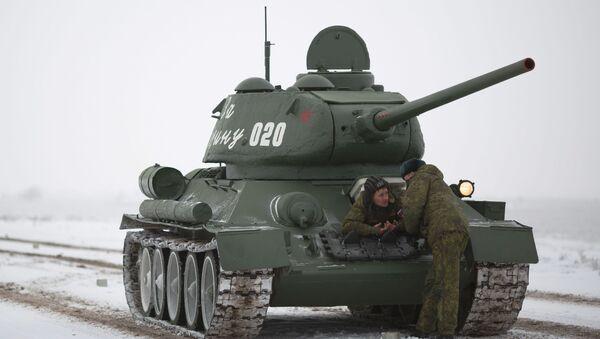 Czołg średni T-34-85 podczas próby parady z okazji 75. rocznicy bitwy pod Stalingradem - Sputnik Polska