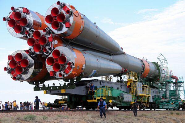 Montaż rakiety Sojuz na placu startowym - Sputnik Polska