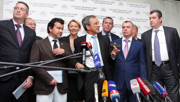 Członkowie francuskiej delegacji podczas briefingu w Symferopolu - Sputnik Polska