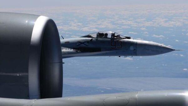 Zbliżenie rosyjskiego Su-27 z amerykańskim samolotem rozpoznawczym RC-135U - Sputnik Polska