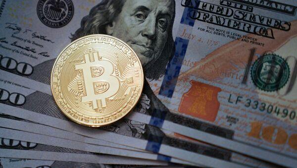 Moneta pamiątkowa z logotypem bitcoina - Sputnik Polska