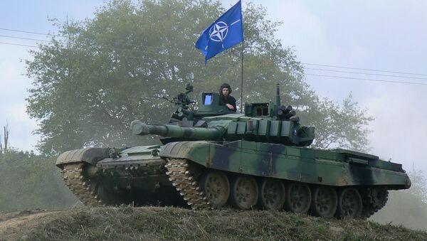 Czołg T-72M4 czeskiej armii z flagą NATO - Sputnik Polska