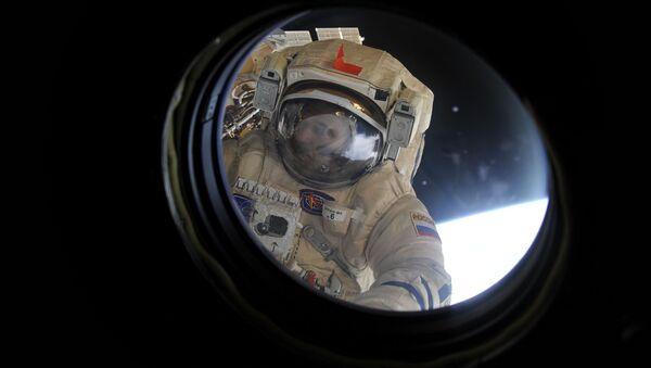 Kosmonauta Michaił Kornijenko wypełnia zadanie oczyszczenia modułu obserwacyjnego MSK  - Sputnik Polska