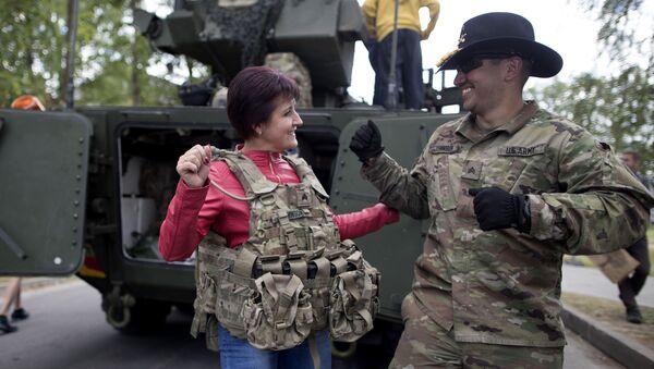 Amerykański wojskowy z lokalną mieszkanką w czasie ćwiczeń Dragoon Ride II na Litwie - Sputnik Polska
