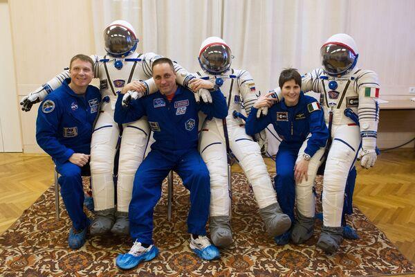 Astronauta NASA Terry Virts (USA),  kosmonauta Roskosmosu Anton Szkaplerow (Rosja) i astronautka  ESA Samanthy Cristoforetti (Włochy) podczas przymiarki skafandrów - Sputnik Polska