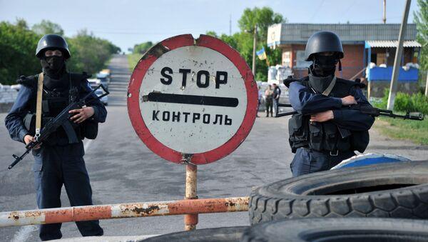 Żołnierze ukraińskiej armii przy przejściu granicznym w obwodzie donieckim - Sputnik Polska