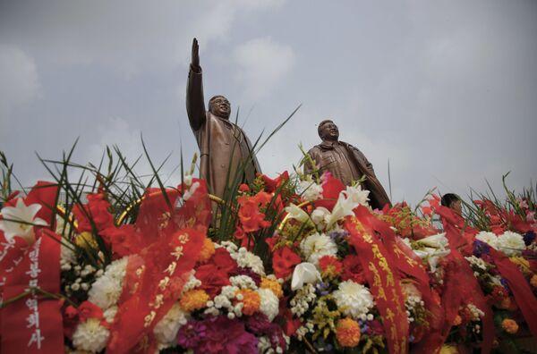 Rzeźby liderów Kim Ir Sena i Kim Dzong Ila - Sputnik Polska