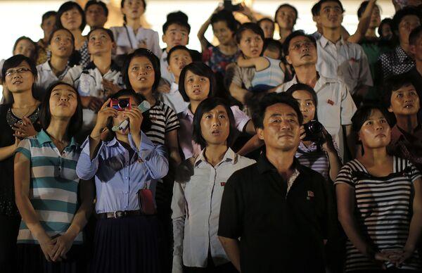 Widzowie oglądają fajerwerki podczas obchodów 62. rocznicy zakończenia wojny koreańskiej - Sputnik Polska