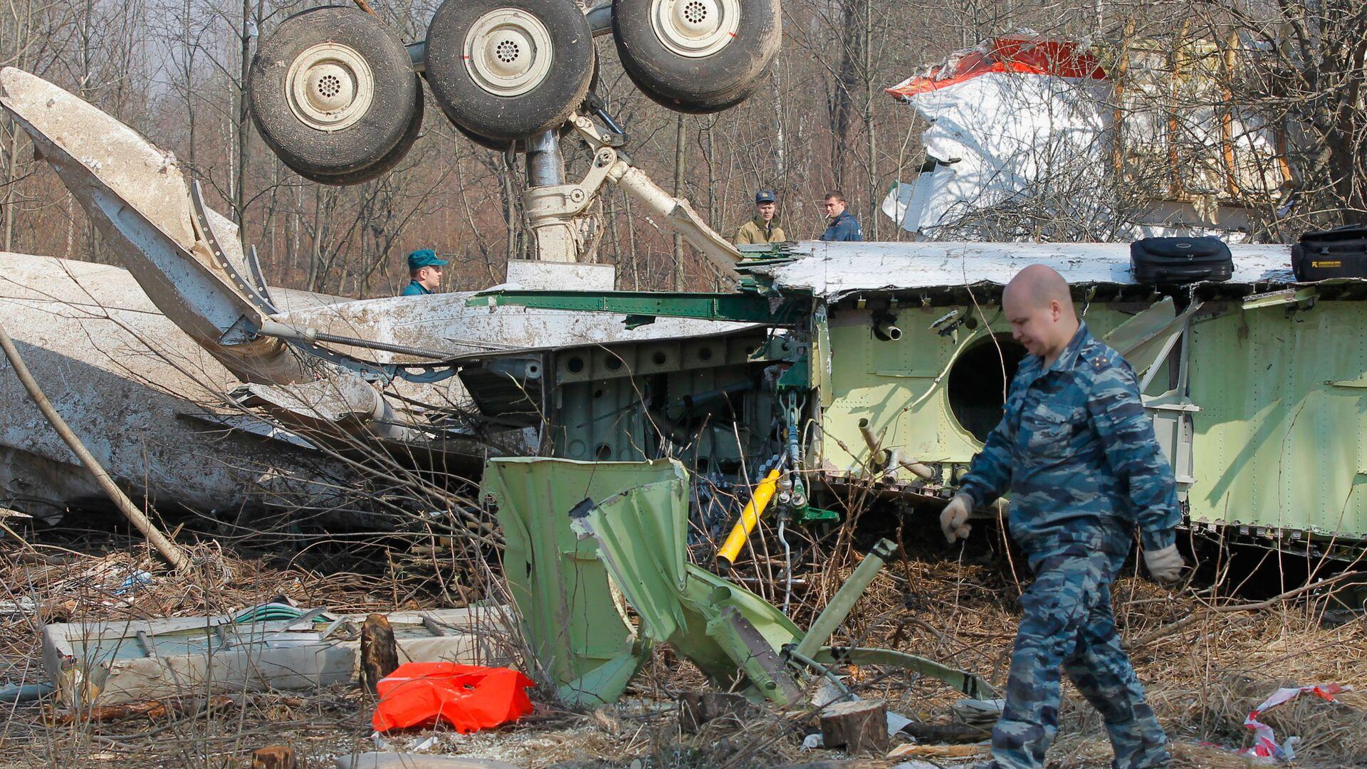 Służby ratownicze kontynuują prace na miejscu katastrofy polskiego samolotu rządowego Tu-154 pod Smoleńskiem - Sputnik Polska, 1920, 07.09.2021