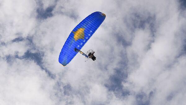 Paralotnia z wizerunkiem flagi Kosowa nad Prisztiną w przededniu 10 rocznicy ogłoszenia niezależności - Sputnik Polska