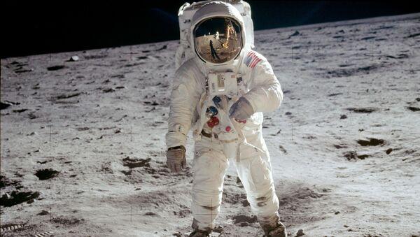 Amerykański astronauta Edwin Buzz Aldrin na powierzchni Księżyca - Sputnik Polska