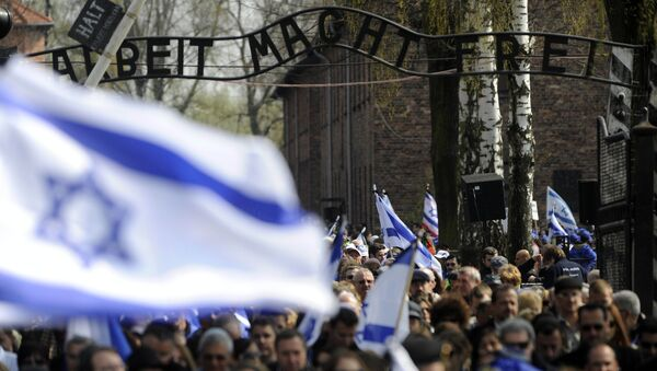 Participants of the annual March of Living walk under the main entrance with the inscription 'Arbeit Macht Frei', in Auschwitz (Oswiecim) , Poland - Sputnik Polska