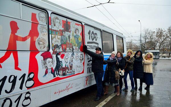 Uczestnicy muzycznego flash mobu w polskim trolejbusie w Moskwie. Форматы: картинка - Sputnik Polska