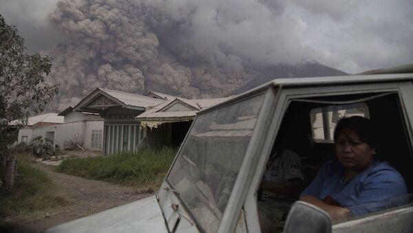 Erupcja wulkanu na Sumatrze - Sputnik Polska