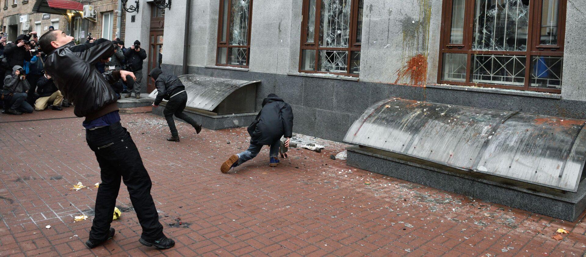 Radykałowie demolują budynek Rossotrudniczestwa w Kijowie, 18 lutego 2018 roku - Sputnik Polska, 1920, 20.02.2018