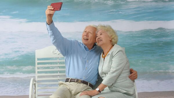 Starsza para robi selfie - Sputnik Polska