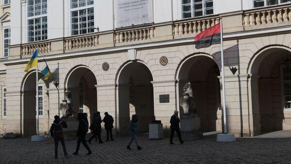 Czarno-czerwona flaga OUN przed budynkiem lwowskiej rady miejskiej - Sputnik Polska