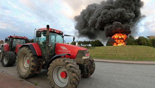 Traktory na akcji protestacyjnej producentów nabiału w Belgii - Sputnik Polska