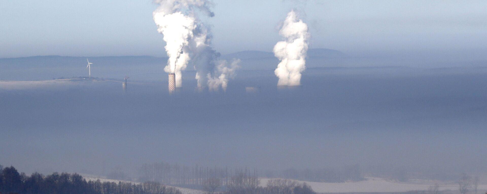 Dymiące kominy elektrowni węglowej w polskiej miejscowości Bogatynia, widoczne ze strony Czech - Sputnik Polska, 1920, 03.07.2021
