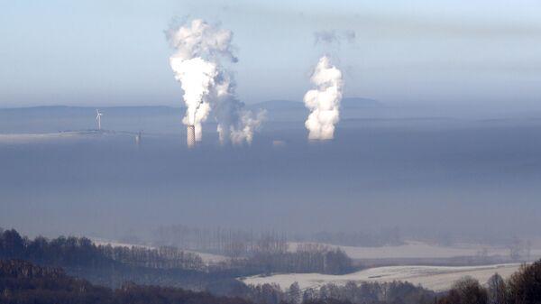 Dymiące kominy elektrowni węglowej w polskiej miejscowości Bogatynia, widoczne ze strony Czech - Sputnik Polska