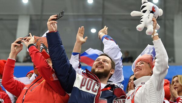 Russian sports fans celebrate a goal during the final match between Russia and Germany in the men's ice hockey tournament at the 2018 Winter Olympics - Sputnik Polska