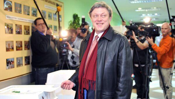 Grigorij Jawliński w jednym z lokali wyborczych w Moskwie w dniu wyborów deputowanych do Dumy Państwowej - Sputnik Polska