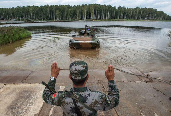 Żołnierz sił zbrojnych Chin na poligonie w Ałabinie w obwodzie moskiewskim, gdzie odbywają się wyścigi treningowe w ramach Wojskowych Igrzysk Międzynarodowych - 2015 - Sputnik Polska