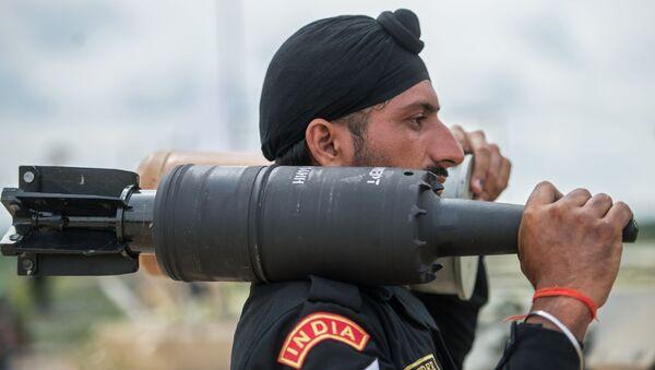 Żołnierz sił zbrojnych Indii na poligonie w Ałabinie w obwodzie moskiewskim, gdzie odbywają się wyścigi treningowe w ramach Wojskowych Igrzysk Międzynarodowych - 2015 - Sputnik Polska