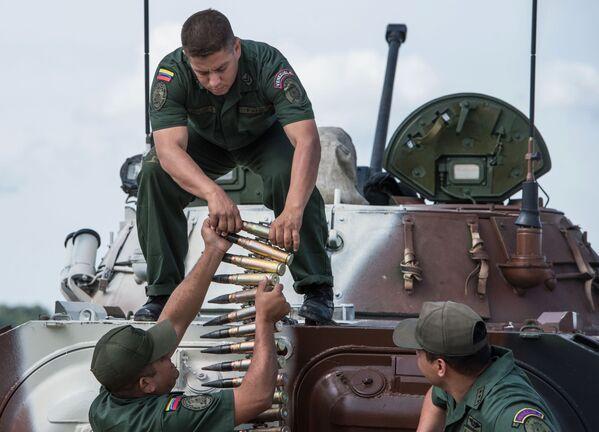 Żołnierz sił zbrojnych Wenezueli na poligonie w Ałabinie w obwodzie moskiewskim, gdzie odbywają się wyścigi treningowe w ramach Wojskowych Igrzysk Międzynarodowych - 2015 - Sputnik Polska