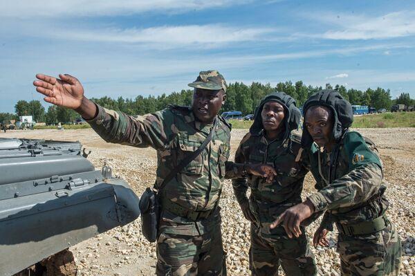 Żołnierze sił zbrojnych Angoli na poligonie w Ałabinie w obwodzie moskiewskim, gdzie odbywają się wyścigi treningowe w ramach Wojskowych Igrzysk Międzynarodowych - 2015 - Sputnik Polska