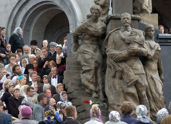 Prawosławni Rosjanie podczas obrzędu poświęcenia Cerkwi na Krwi w Jekaterinburgu - Sputnik Polska