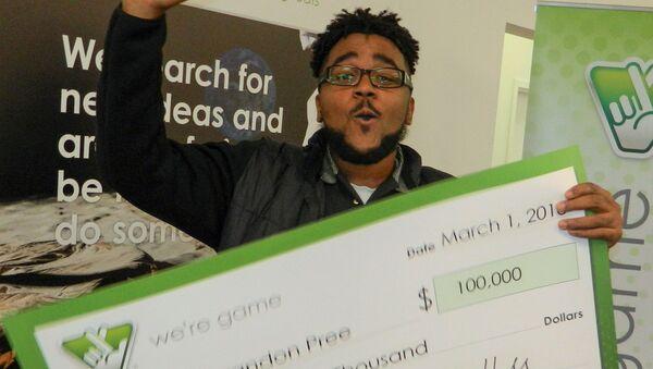 Brandon Pree z czekiem o wartości 100 tysięcy dolarów po wygranej na loterii Virginia Lottery - Sputnik Polska